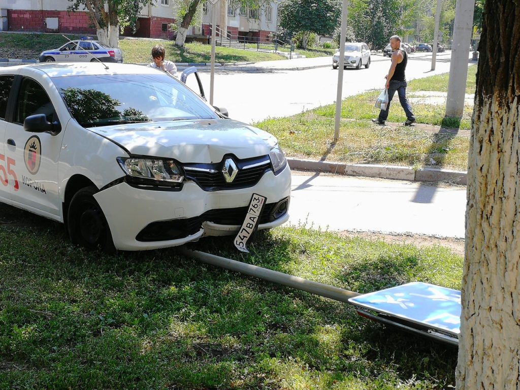 Сбил дорожный знак — штраф и последствия за испорченный указатель